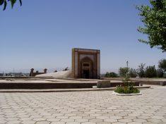 Eingang zum Ulugh Bek Observatorium (heute Museum) in Samarkand